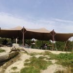 Wethouder opent speeltuin van Natuurmonumenten. Presentatie onder stretchtent van Windcirkeltenten