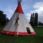 Beschilderde indianententen, tipi tenten op huttendorp Alkmaar