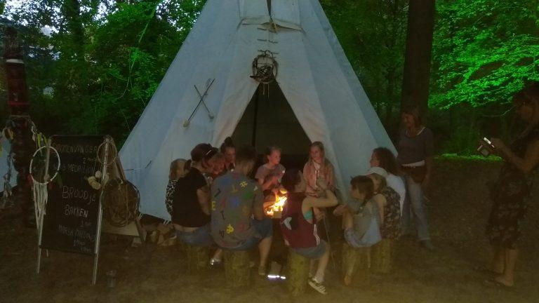 Kids indianendorp huren, broodjes bakken rond het kampvuur in de tipi tent