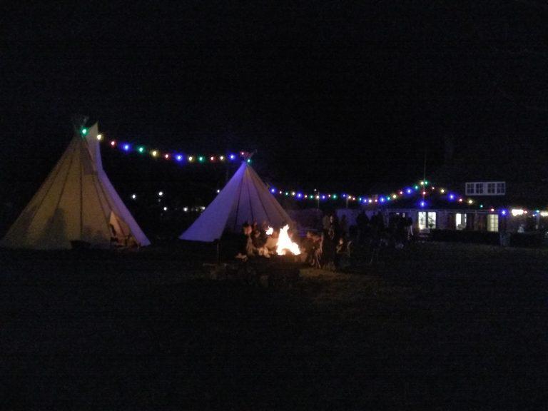 Feest in open tipi tent, verjaardag Noord-Holland